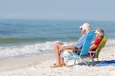 Ancianos tomando el sol