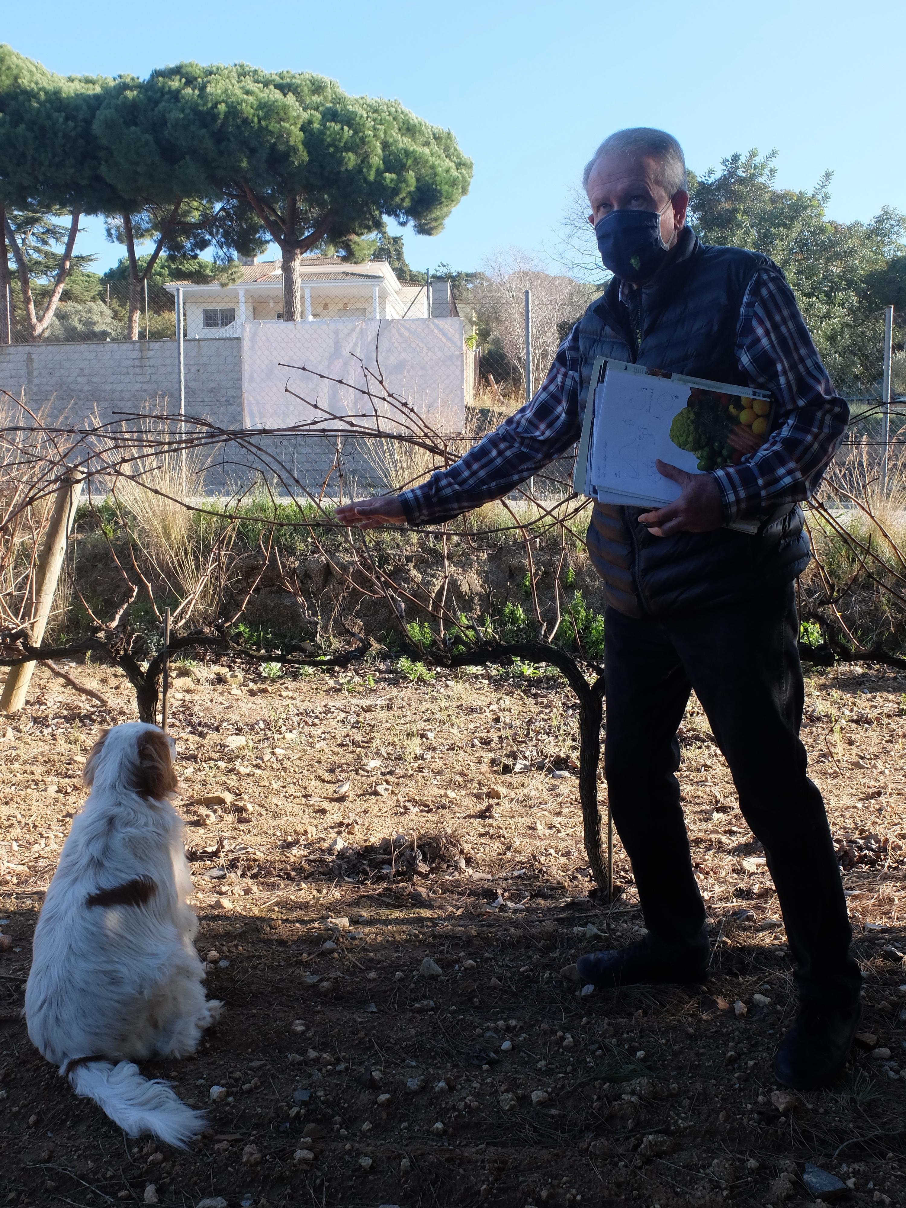 Josep Coll acompañado por Brisa, Masia Coll - Canyet (Badalona)